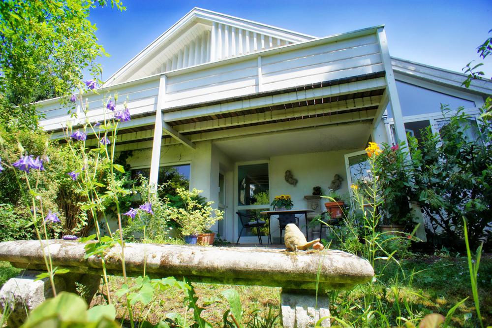 idyllisches schmuckst ck am sonnigen ostufer des herrlichen starnberger sees zu verkaufen ein. Black Bedroom Furniture Sets. Home Design Ideas