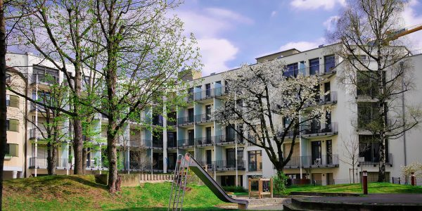 Wohnung München Bogenhausen Vogelweidestraße: Hausfassade und Garten
