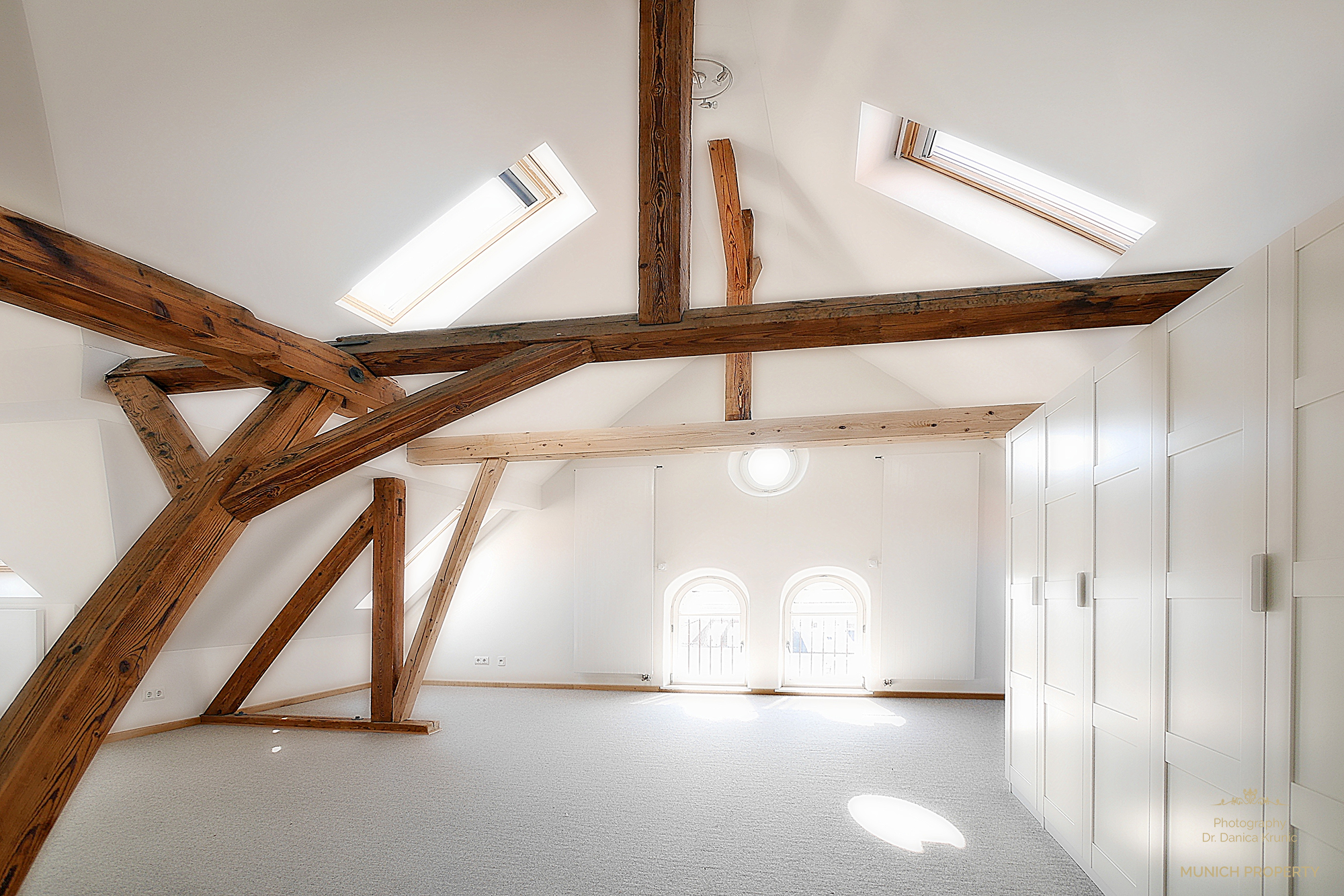 Wohnung München Isarvorstadt Ludwigsvorstadt Glockenbach: Luxus Altbau Wohnung mit Galerie, Parkett, Säulen, Schrägen, sehr angenehme Räumhöhe