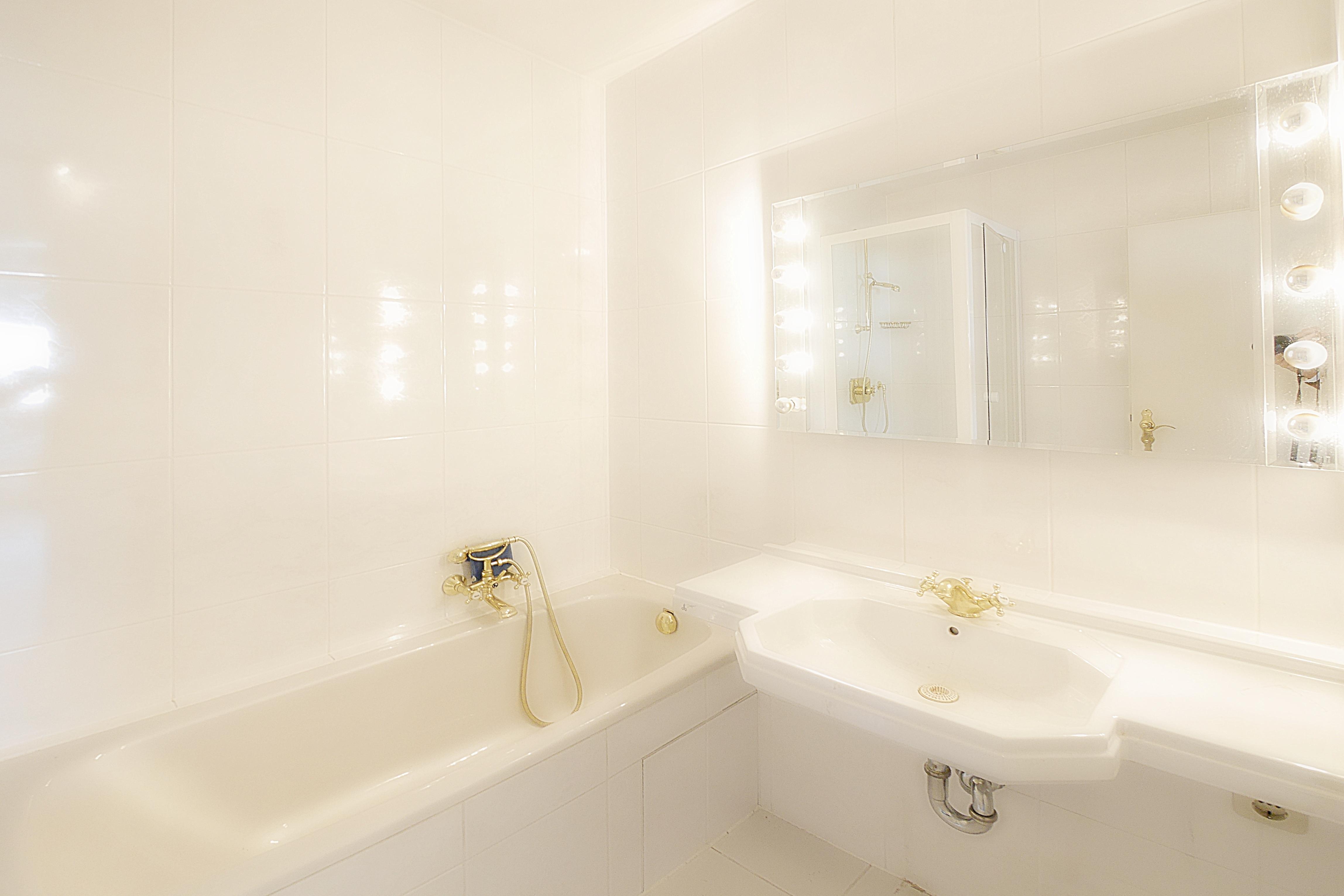 Zu Verkaufen: Attraktive Penthouse Wohnung mit 2 Dachterrassen, Alpenblick & Swimmingpool in München West Pasing-Neuaubing: Badezimmer