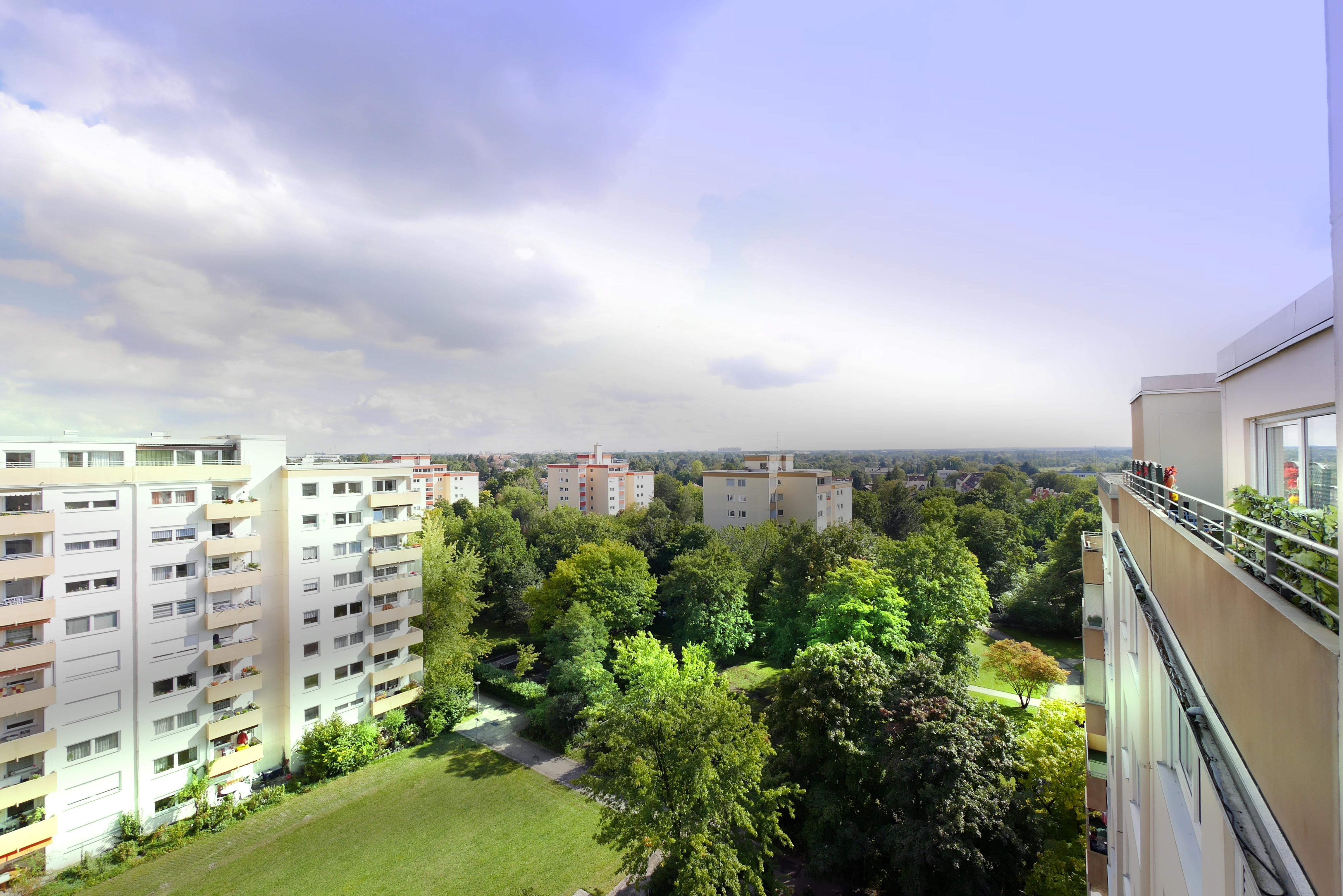 Zu Verkaufen: Attraktive Penthouse Wohnung mit 2 Dachterrassen, Alpenblick & Swimmingpool in München West Pasing-Neuaubing: Blick ins Grüne von der Dachterrasse