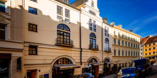 Wohnung mieten in München: Herrliche Ausblick aus dem Wohnzimmer: Bildschöne Altbaufassade